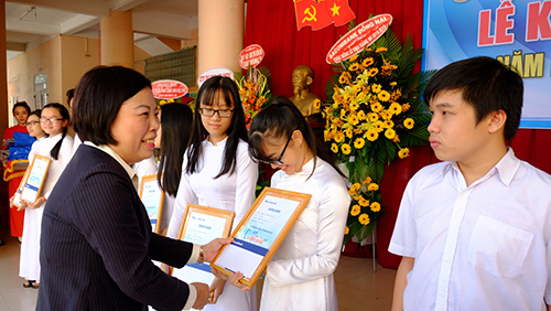 Bà Phạm Thị Thu Giám đốc Sacombank CN Đồng Nai trao học bổng 2018 cho một số em học sinh Trường THPT Ngô Quyền.