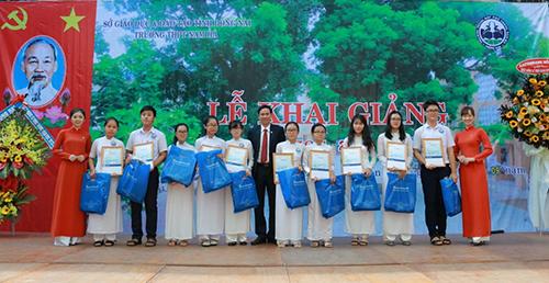Ông Nguyễn Hữu Thường PGĐ Sacombank CN Đồng Nai trao học bổng 2018 cho một số em học sinh Trường THPT Nam Hà.