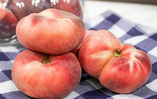 Đào dẹt cũng đang là loại được nhiêu cửa hàng trái cây nhập khẩu mang về phân phối.