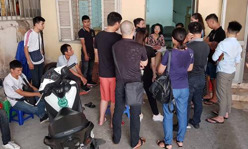 Khách hàng bị GNN nợ tiền tập trung tại văn phòng công ty ở Hà Nội sáng 5/9. Ảnh: AT