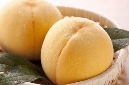 Bên cạnh một vài trái đào hồng thì đào vàng là 1 đặc sản của Nhật cũng đã có mặt ở Việt Nam.