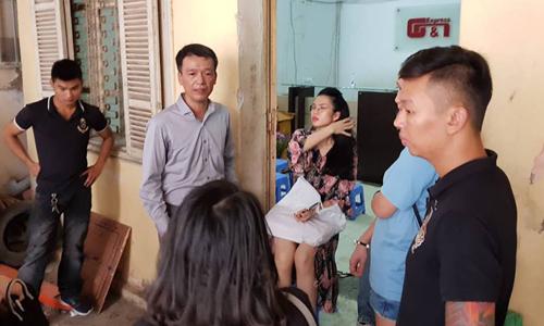 Ông Hoàng Mai Nam - Chủ tịch HĐQT GNN (áo sơ mi xám) trao đổi với khách hàng. Ảnh: AT