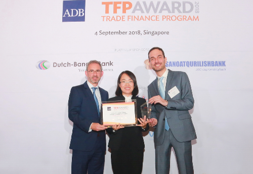 Bà Trương Thị Thu Ba, Phó giám đốc Ban Định chế tài chính BIDV nhận giải thưởng từ ADB.