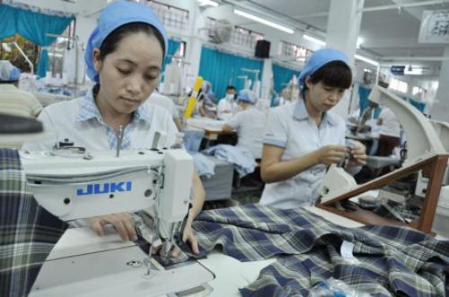 Sản xuất áo sơ mi ở 1 công ty may xuất khẩu.