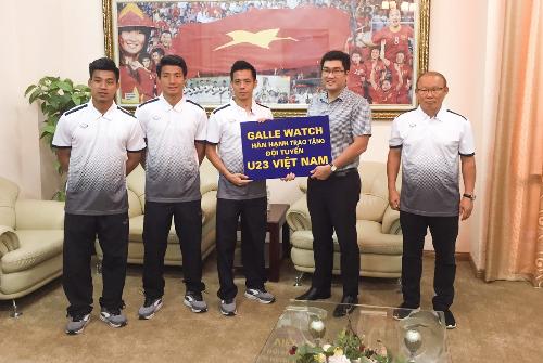 Đại diện Galle Watch trao thưởng cho thầy trò HLV Park Hang Seo ở trụ sở Liên đoàn Bóng đá Việt Nam.