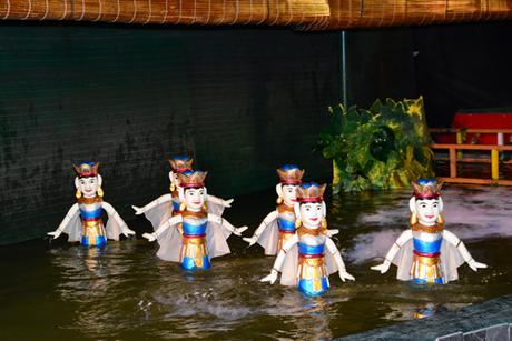 Du khách có thể xem các tiết mục biểu diễn múa rối nước độc đáo ngay tại Sài Gòn và thưởng thức nhiều món ăn, thức uống đa dạng.