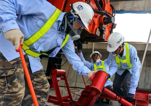 Các chuyên gia Nhật làm việc ở công trường dự án Metro Sài Gòn. Ảnh: Như Quỳnh
