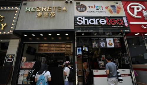 Các cửa hàng trà sữa san sát ở 1 góc các con phố ở Hong Kong. Ảnh: SCMP