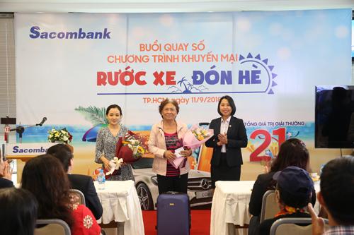 Đại diện Sacombank tặng quà cho những quý khách may mắn của chương trình quay số trúng thưởng. Danh sách quý khách trúng thưởng được đăng tải trên website khuyenmai.sacombank.com.
