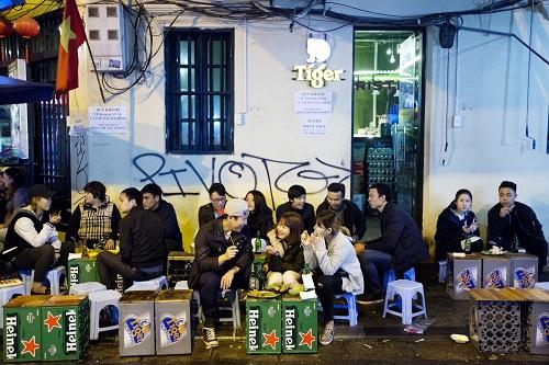 Bộ Y tế đã rút 3 phương án đề xuất khung giờ cụ thể cần cấm phân phối rượu, bia trong dự luật và chỉ ghi sẽ thực hiện theo công đoạn của Chính phủ. Ảnh: Bloomberg