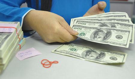 Giao dịch USD ở 1 ngân hàng thương mại ở HCM. Ảnh: Lệ Chi.