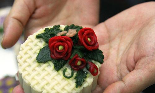 """Bánh trung thu điêu khắc giá cao vẫn """"cháy"""" hàng"""