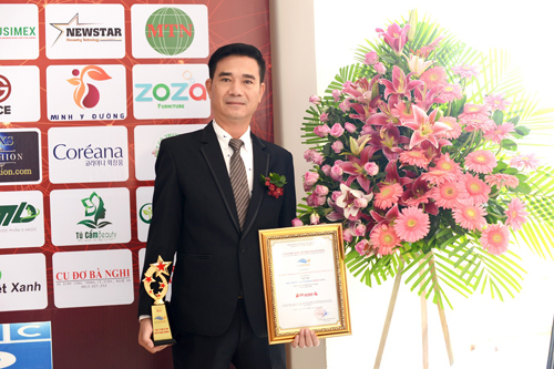 Đại diện công ty  dệt may Quang Phương lên nhận giải  Thương hiệu tiêu biểu hội nhập châu Á Thái Bình Dương.