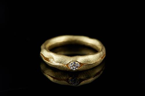Một thiết kế nhẫn 3D có màu sắc và hiệu ứng phản chiếu sang trongh,