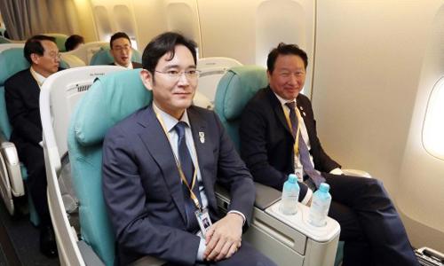 Phó chủ tịch Samsung Lee Jaeyong (bên trái) ngồi cùngChủ tịch SK Chey Tae-wonở hàng ghế trên trong chuyến bay tới Triều Tiên. Ngồi sau họ từ trái qua là Chủ tịch LGKoo Kwang-mo và Phó chủ tịch Hyundai Kim Yong-hwan. Ảnh: Joint Press.