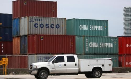 Các container đặt tại cảng Miami (Florida, Mỹ). Ảnh: Reuters
