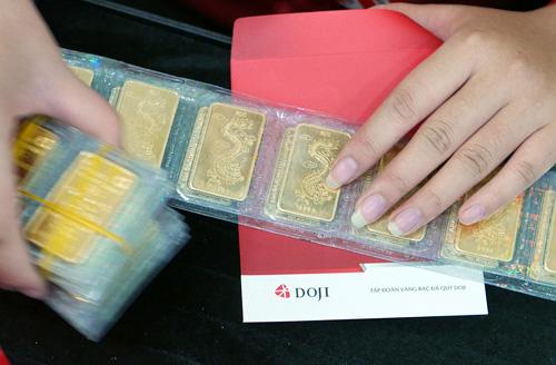 Giá vàng miếng tăng, USD giảm