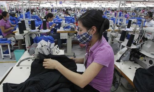 Hoạt động tại một doanh nghiệp dệt may của Việt Nam. Ảnh: Reuters