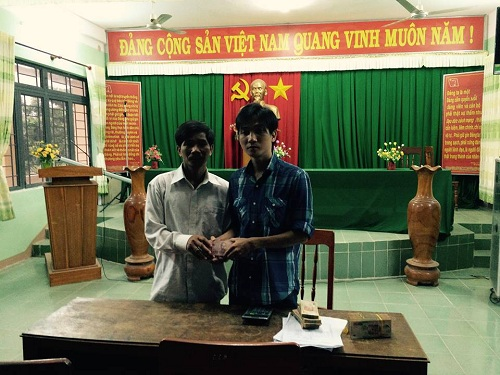Hình ảnh anh Trần Hữu Như Anh trao tặng số tiền cho đại diện người dân trồng dưa hấu.