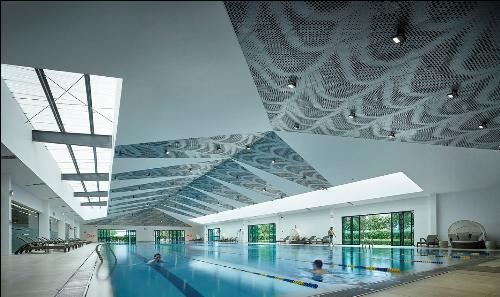 Bể bơi theo tiêu chuẩn Olympic với 6 làn bơi chuyên nghiệp vận hành 4 mùa kết hợp với hệ thống cửa kính có thể mở vào mùa hè.