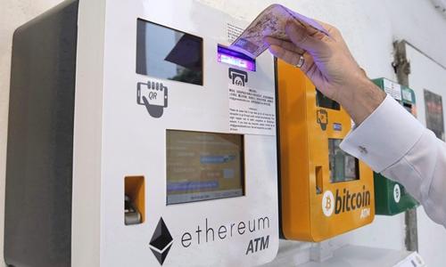 Các ATM tiền số ở Hong Kong (Trung Quốc). Ảnh: AP