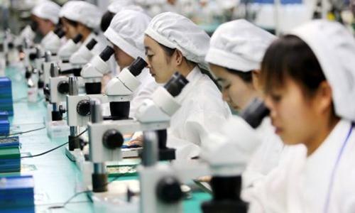 Công nhân Trung Quốc trong một nhà máy sản xuất điện thoại tại An Huy. Ảnh: AFP