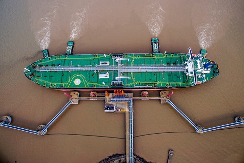 Một tàu chở dầu đã cập bến tại Trung Quốc. Ảnh: Bloomberg