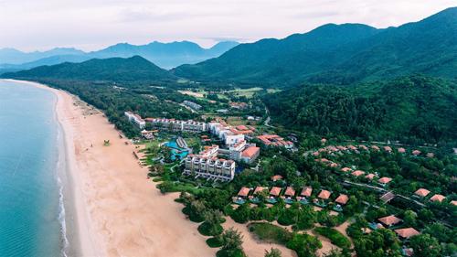 Laguna Lăng Cô do tập đoàn Banyan Tree đầu tư và phát triển là dự án khu phức hợp nghỉ dưỡng đẳng cấp quốc tế đầu tiên tại Việt Nam
