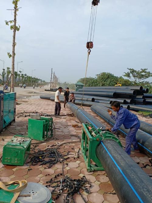 Cácống dẫn nước Dismy D400 cỡ lớn đưa nước sông Đàphục vụ cho người dân.
