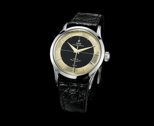 Phiên bản TudorOyster Submarinner 7923 ra đời năm 1955 là dòng duy nhất lên dây cót bằng tay. Đồng hồ được kiến trúc phẳng hơn dù khả năng chống nước vẫn được bảo tồn. Cùng ra đời năm này, mẫu 7950 được một vài nhà sưu tầm đặt cho nick name là Tuxedo bởi kiến trúc có hai mảng màu enamel đen và phần đĩa chỉ giờ kim loại ở vòng ngoài. Sự đối lập hai màu đen trắng này giống như trong một vài bộ Tuxedo là nguyên nhân hình thành cái tên của mẫu đồng hồ này.