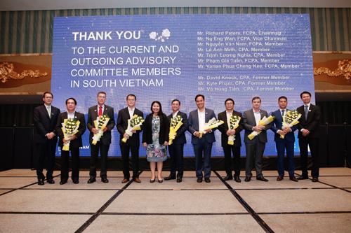 Tổng Giám Đốc CPA Australia Andrew Hunter trao hoa cảm ơn cho Ban Tư vấn chiến lược khu vực phía Nam Việt Nam