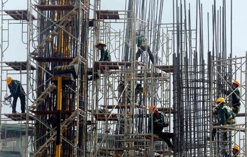 Công nhân làm việc trong một dự án xây dựng tại Hà Nội. Ảnh: Reuters
