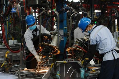 Công nhân làm việc trong một nhà máy lắp ráp ôtô.
