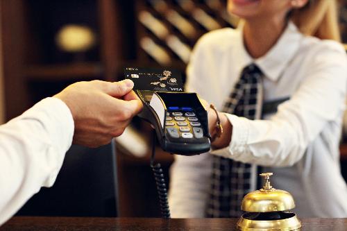 Thẻ tín dụng trở thành một bằng chứng cho sự độc lập và thành đạt của người trẻ hiện đại. Ảnh: Neamb.com.