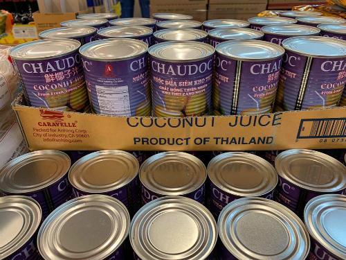 Nước dừa lon kho thịt hiệu CHAUDOC bán trong chợ Bà Hoa (Houston, Mỹ). Ảnh: Dũng Nuyễn