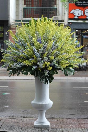 Bình hoa có chiều cao trên 2m. Ảnh: Flowerbox.