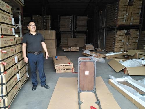 Ben Yang trong nhà máy sản xuất đồ nội thất ở Quảng Đông.