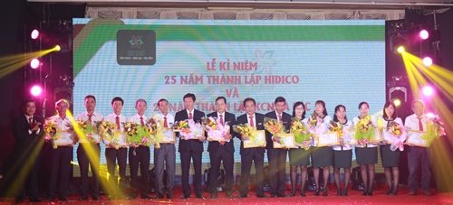 Những cá nhân có thành tích xuất sắc được vinh danh trong sự kiện kỷ niệm 25 năm thành lập.
