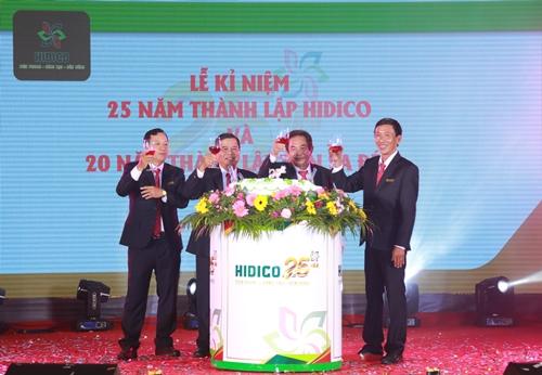 Cấp lãnh đạo công ty mừng thành công trong lễn kỷ niệm 25 năm thành lập.