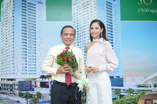 Ông Lê Hoàng Châu  Chủ tịch HĐ BĐS TPHCM và người đẹp Trịnh Thanh Châm  Top 43 Chung kết Hoa hậu Việt Nam 2018 tại Lễ bàn giao sổ hồng.