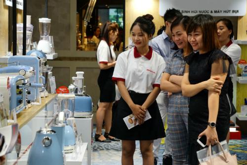 Khách tham quan các mẫu thiết bị gia dụng mới nhập về Việt Nam. Ảnh: Viễn Thông