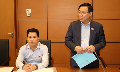 Phó thủ tướng Vương Đình Huệ chia sẻ với đại biểu Quốc hộitại phiên thảo luận ở tổ. Ảnh: PV