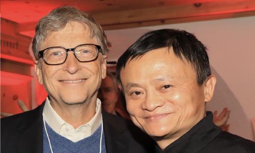 Jack Ma chụp ảnh cùng Gates tại Diễn đàn Kinh tế thế giới ở Davos, Thụy Sỹ hồi đầu năm. Ảnh: CNBC