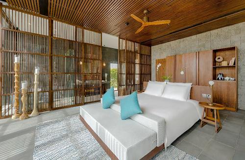 Nội thất sang trọng, hòa quyện giữa phong cách hiện đại, tối giản phương Tây và văn hóa bản địa với tông màu trầm, màu gỗ.