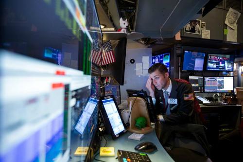 Một nhân viên giao dịch làm việc trên sàn NYSE (Mỹ). Ảnh: Bloomberg