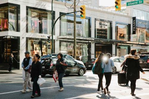 Người mua sắm trên phố Alberni Street. Ảnh: Bloomberg