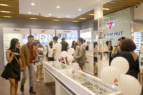 Chuỗi Eyewear HUT 8 Phạm Ngọc Thạch, TP.HCM được đông đảo khách hàng ủng hộ nhân dịp khai trương.
