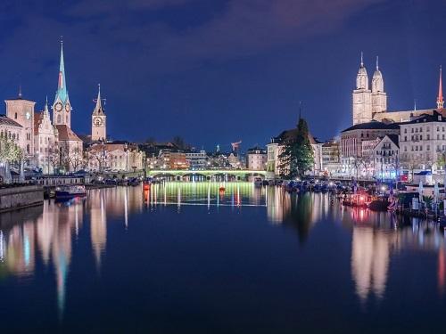 The Grossmünster - một nhà thờ Tin Lành theo phong cách La Mã ở Zürich, Thụy Sĩ. Ảnh:NavinTar/Shutterstock