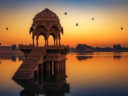 Di tích đền cổ tại hồ Gadi Sagar ở Rajasthan, Ấn Độ. Ảnh:Shutterstock