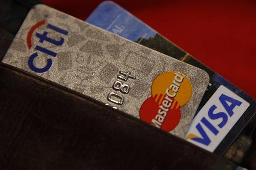 Chuyên gia tài chính từ chương trình Shark Tank của đài ABC khuyên mọi người nên có ít nhất 2 thẻ tín dụng. Ảnh: Reuters
